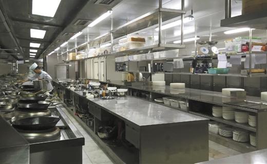 幼儿园在厨房安装监控摄像装置,对配餐,食品储藏,用水卫生,消毒洗碗等